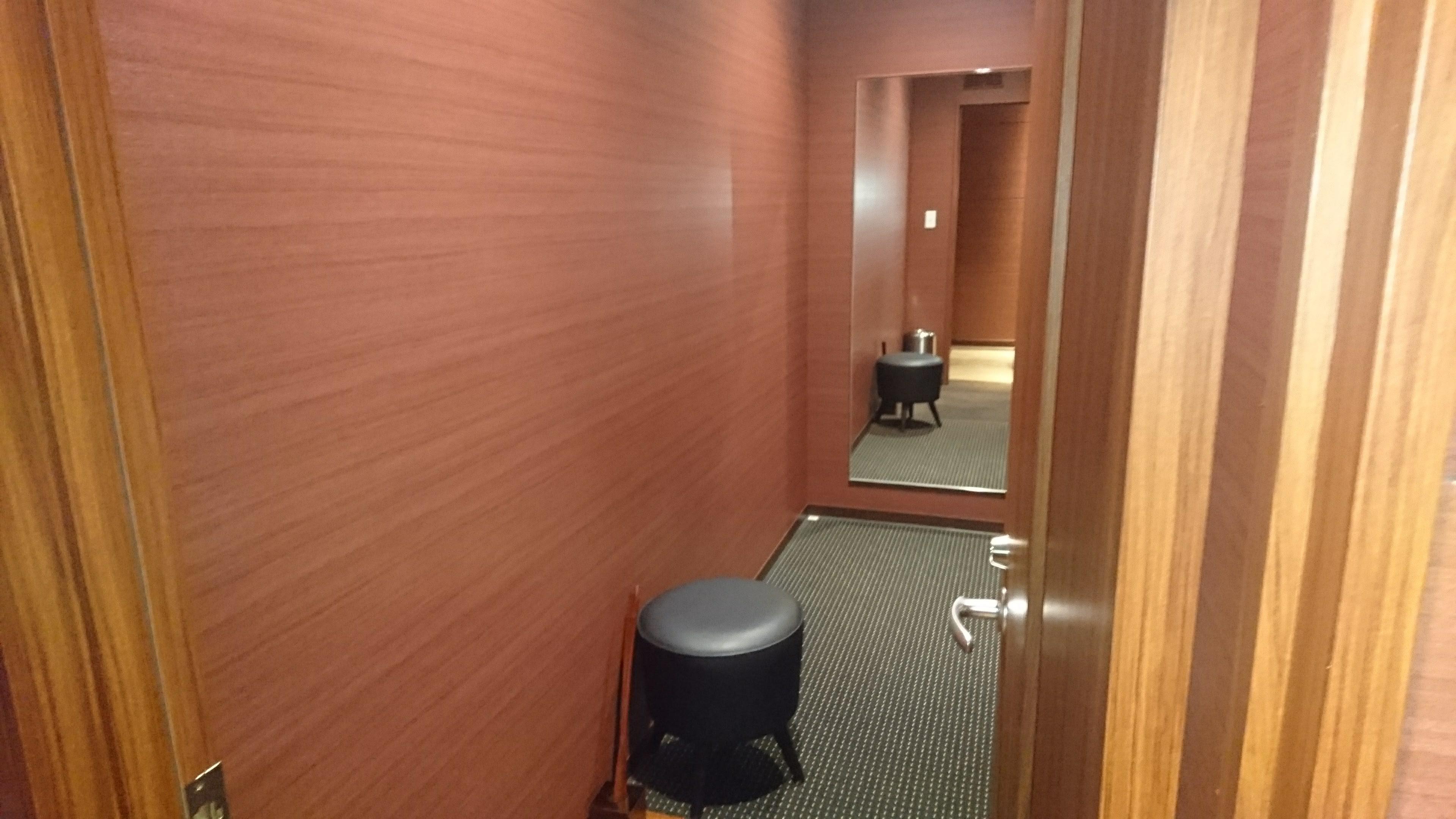 着替えができるような姿見の鏡や椅子
