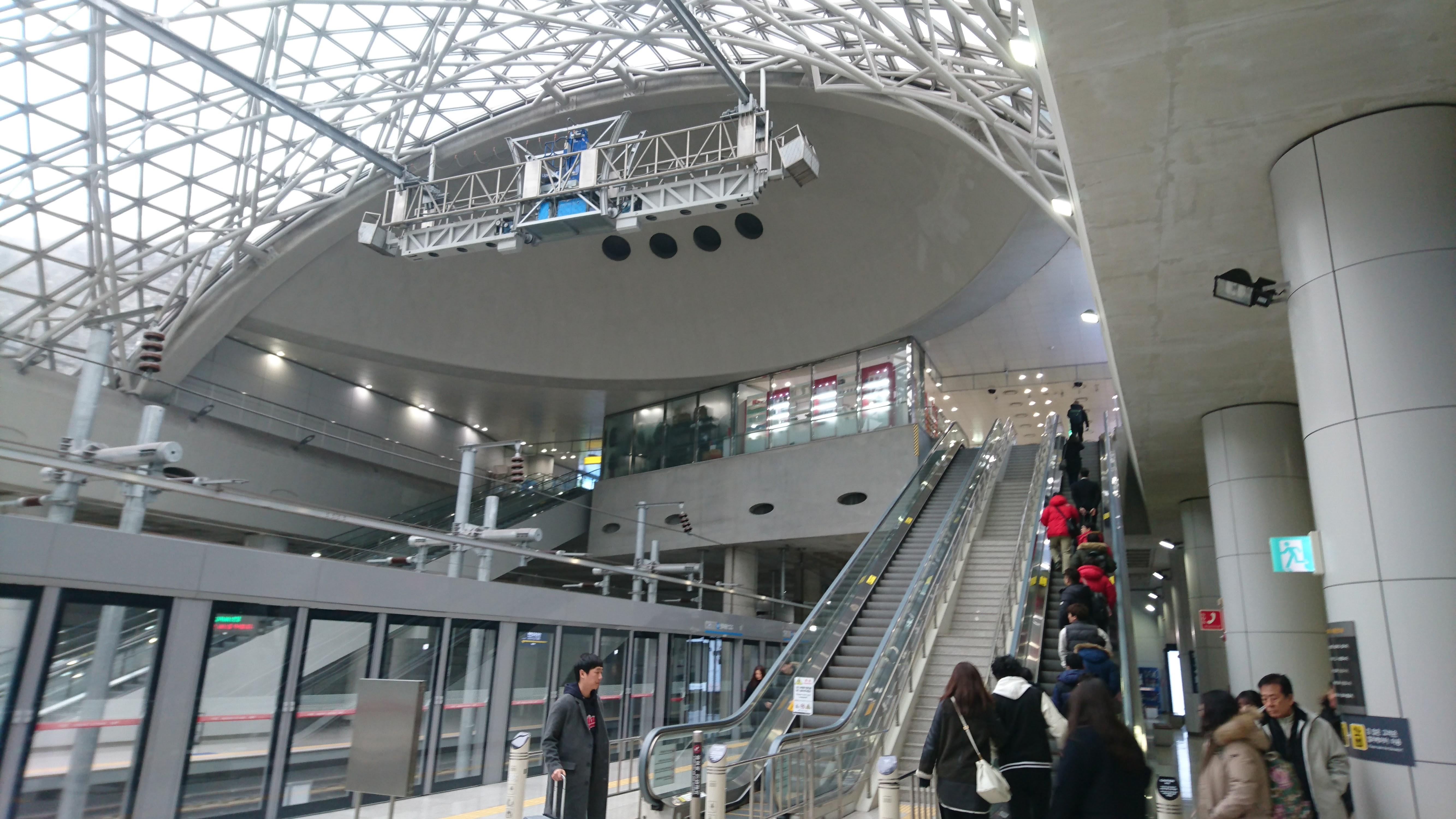 仁川国際空港鉄道(A'REX)の仁川国際空港駅を降りたところ。ここから仁川空港の旅客ターミナルに向かいます。