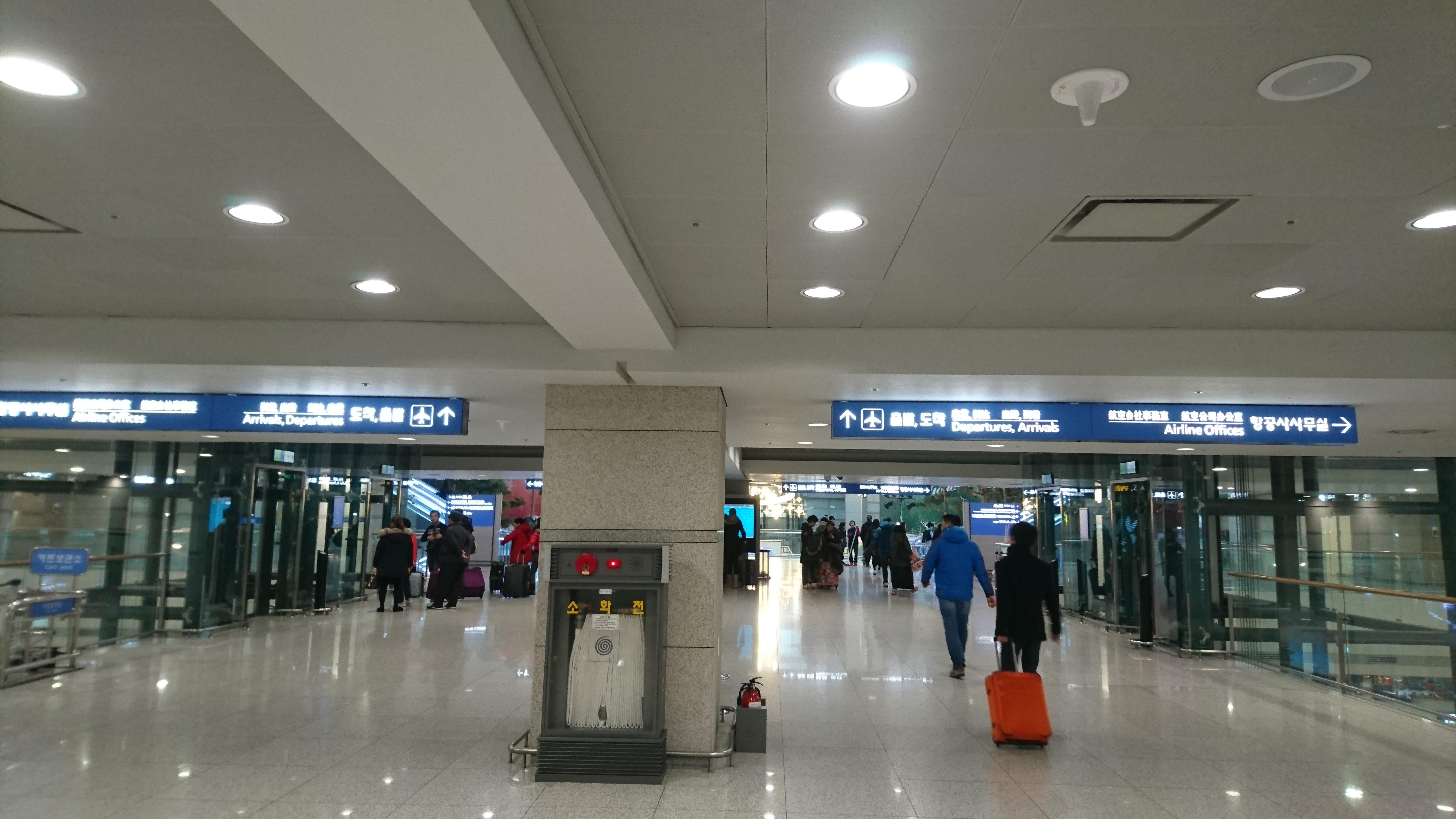 連絡通路を抜けると、いよいよ旅客ターミナルが見えてきます。