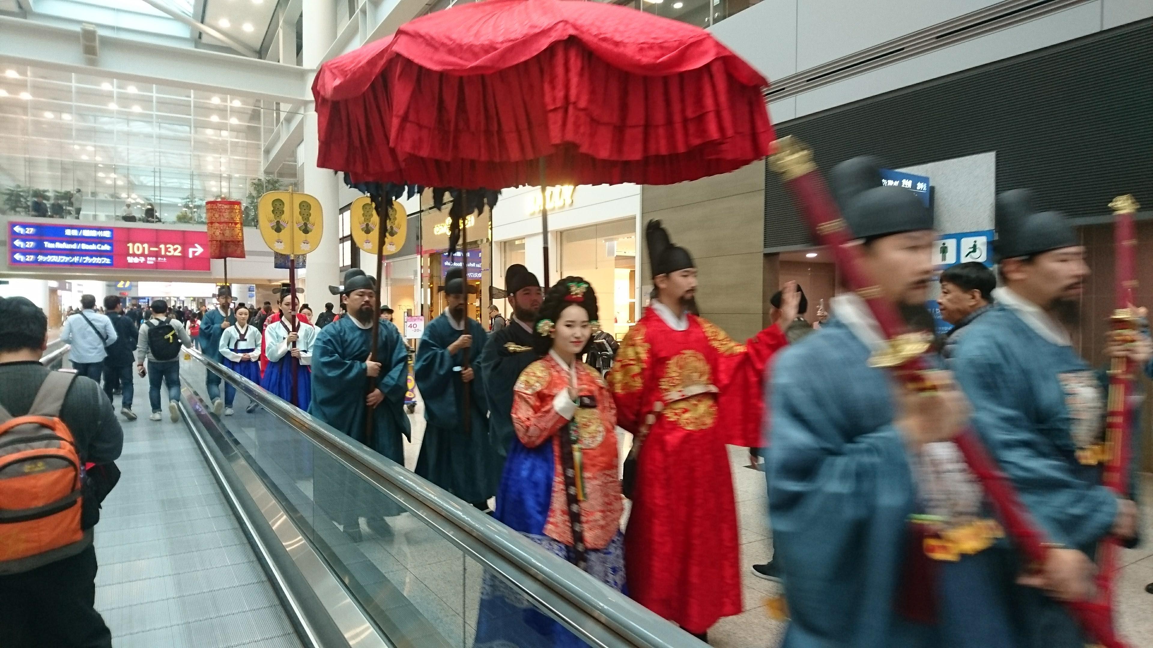恐らく李朝あたりの仮装行列の一行が音楽とともに練り歩いています。韓国のこういったブランディングは参考になります。