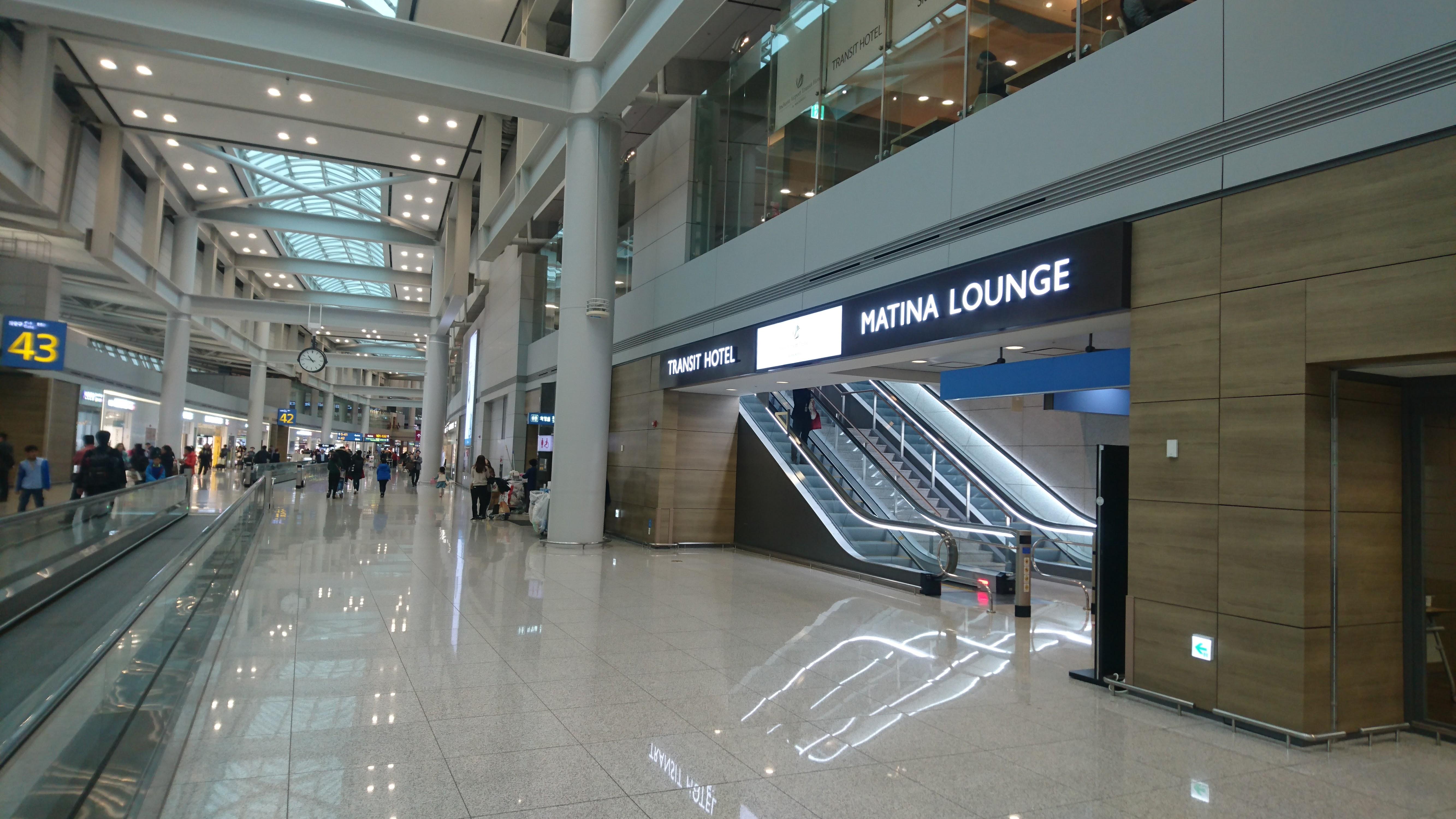 旅客ターミナル3階の43番ゲートの向かい側に、4階に位置する、MATINA LOUNGE WESTへのエスカレーターがあります。